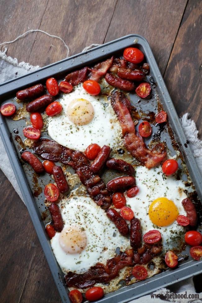 Запеченные яйца с колбасками и помидорами черри