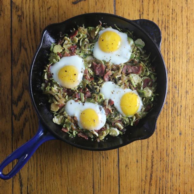 Яичница-глазунья с брюссельской капустой